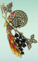 Серебряные и золотые броши Птички Цветы и Фрукты, украшенные камнями, а также броши без камней - отличный подарок любимой женщине по любому приятному поводу и даже без него. Особенно хороши броши-подвески - их можно использовать двумя способами. В этот празник особо популярны украшения-цветы, в данном случае брошь Птичка на ветке из серебра высокой пробы с марказитмами и цветной эмалью. Реалистичные фото украшений и их большой выбор на сайте драгоценности рф